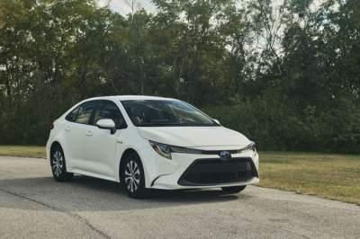 Toyota представила гибридную версию нового седана