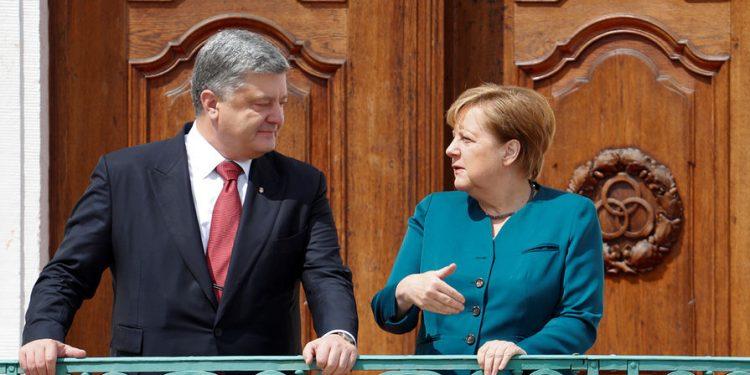 Порошенко поговорил с Меркель о кибербезопасности выборов на Украине