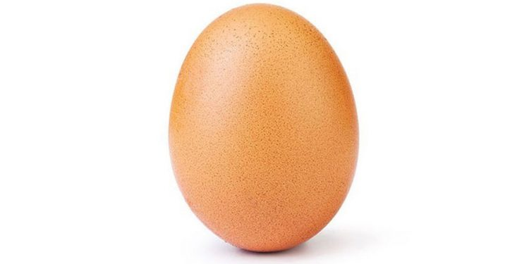 На странице яйца-рекордсмена по лайкам в Instagram появилась еще одно фото